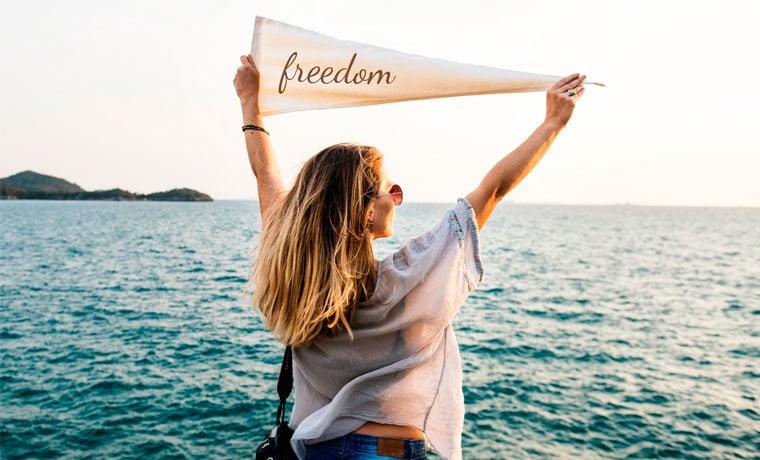 mulher segura bandeira melhor seguro viagem europa