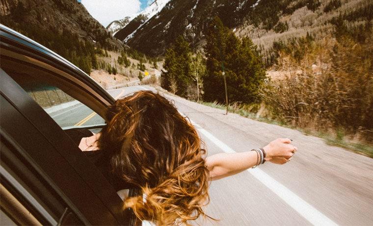 carro na estrada seguro viagem terrestre